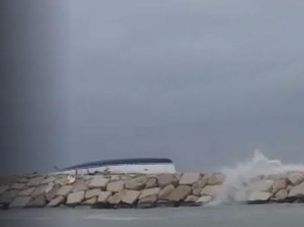 La barca capovolta in una foto dal profilo Facebook della scuola nautica Albatros
