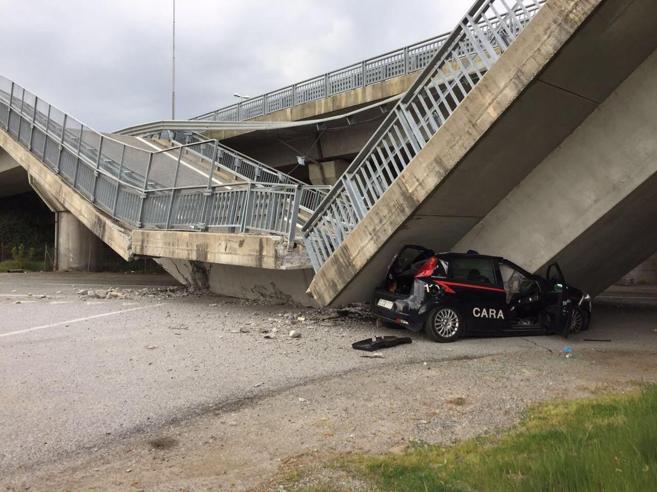 Crolla un viadotto a FossanoSchiacciata auto dei carabinieri (illesi)|Video|Foto