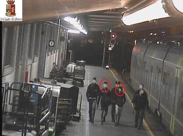 Agenti di polizia con due dei minorenni fatti scendere dal treno alla stazione di Cengio (Savona)