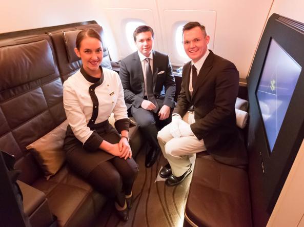Zac George, al centro, con il maggiordomo (Johan) e la cuoca (Imke) personali a bordo di una delle stanze del «Residence» dell'A380 di Etihad