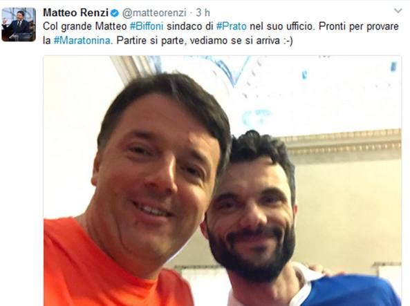 Matteo Renzi in procinto di partecipare alla Maratonina di Prato col sindaco Matteo Bifoni (Ansa)