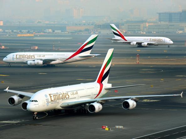 Un aereo di Emirates allo scalo di Dubai