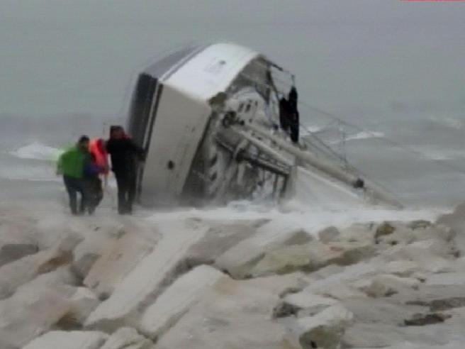 Naufragio a Rimini: 4 i morti Video|FotoLa notaia  e il padre: chi si trovava  a bordo