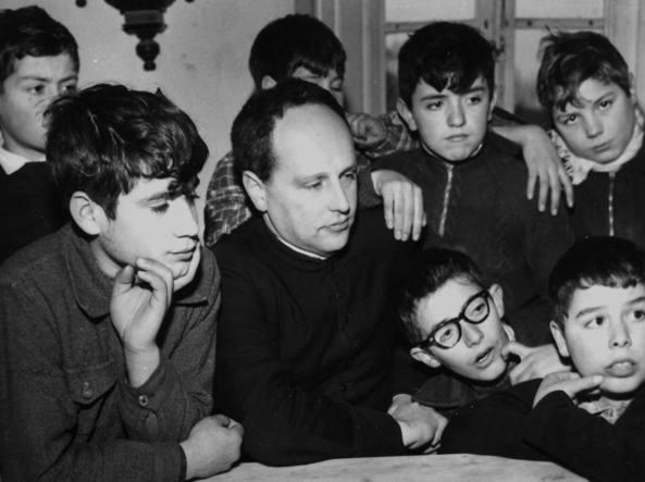 Don Lorenzo Milani (1923-1967) nel 1958 insieme ad alcuni ragazzi della scuola di Barbiana (Firenze)