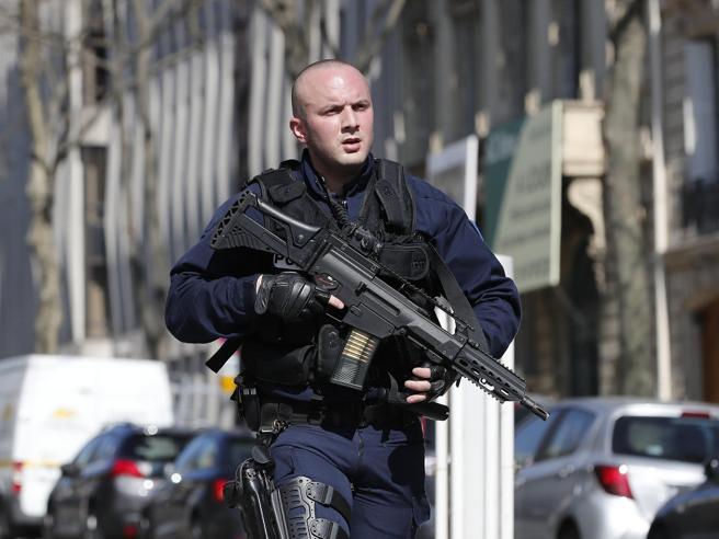 Parigi, spari contro la polizia sugli Champs-Élysées: ucciso un agente