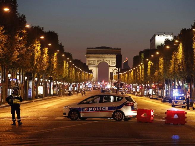 Attentato a Parigi, due agenti uccisi Spari sugli Champs Elysées