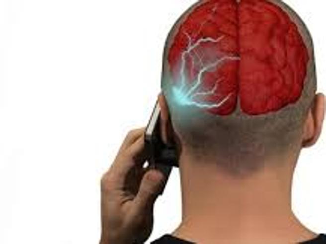 Il Tribunale di Ivrea: «L'uso scorretto del cellulare ha causato un tumore»