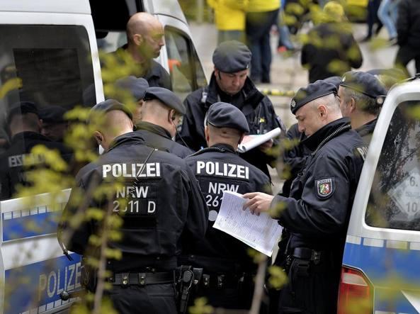 I controlli della polizia tedeschi dopo l'attacco al pullman del Borussia Dortmund