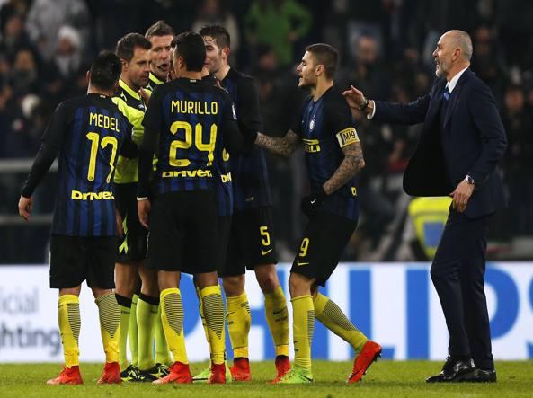 I giocatori dell'Inter protestano con l'arbitro Rizzoli durante l'ultimo Juventus-Inter (Afp)