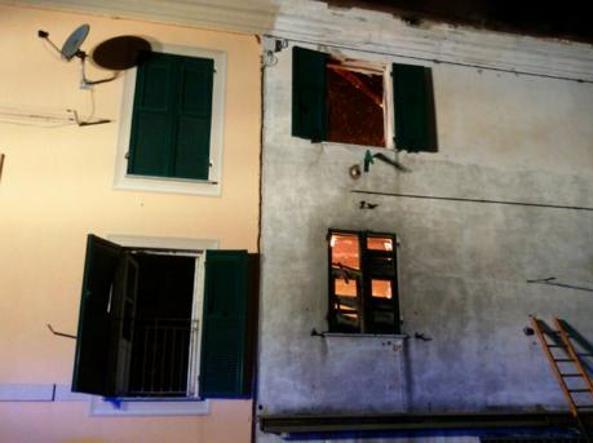 Incendio casa a Casella, non ce l'ha fatta il piccolo