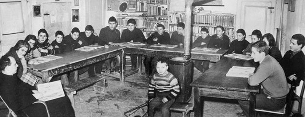 Don Lorenzo Milani con i ragazzi della scuola di Barbiana dove venne spostato dalla Curia di Firenze nel 1954