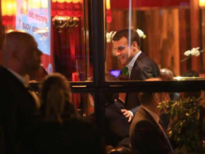 Presidenziali in Francia: Macron festeggia nella brasserie chic, e si scatena la polemica
