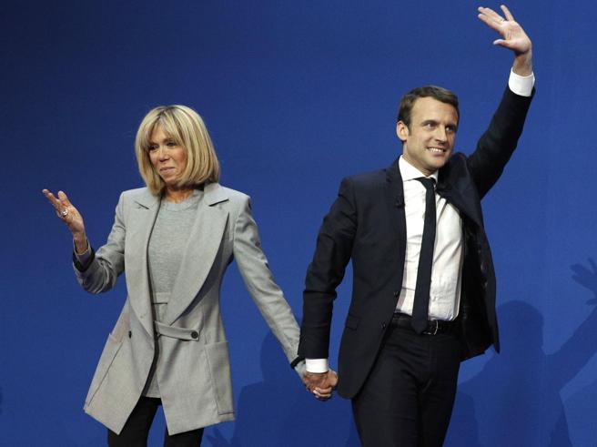 Chi è Brigitte, l'ex insegnante (e ora moglie) di  Macron FotoL'enfant prodige  in un libro