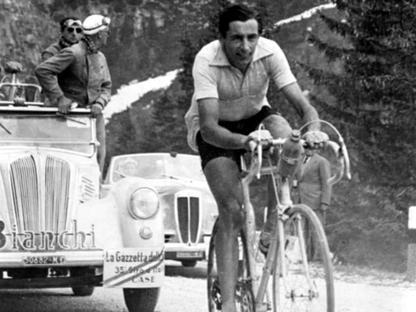 Fausto Coppi, detto il Campionissimo (1919-1960), durante una tappa alpina del Giro d'Italia