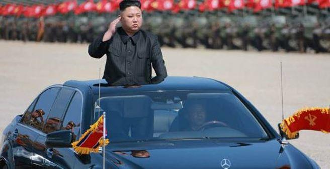 L'arrivo di Kim Jong-un alla parata per gli 85 anni delle forze armate