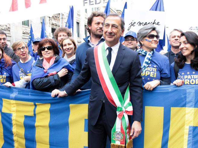 25 Aprile, blu contro rossi: due sinistre in piazza Foto - Spintoni al corteo Fischi a Raggi Video