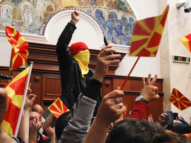 Macedonia, irruzione degli attivisti di destra: tafferugli  in parlamento Foto |Video