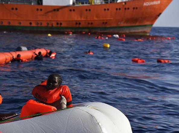 Un salvataggio al largo delle coste libiche operato da una ong tedesca (Ansa)