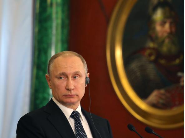 Putin al Cremlino (Epa)