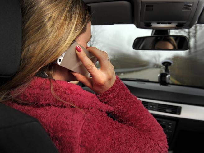 Telefonino in auto: mazzata in arrivo?Non dal 1° maggio, ma prima o poi...