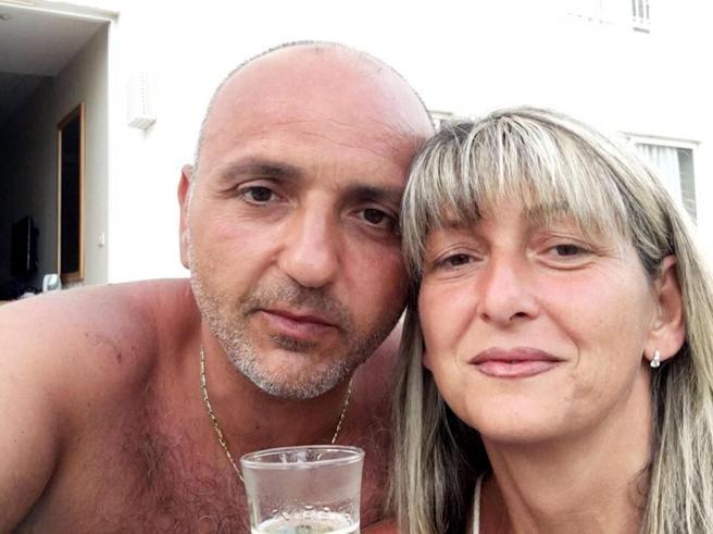 L'ex marito stalker resta in carcere  La lettera:   pentito   Armato nel bar della ex   |video
