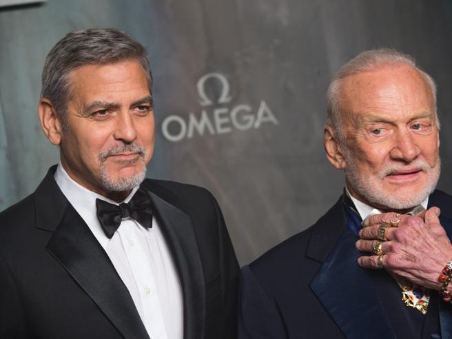 Londra: gli anelli e i bracciali dell'astronauta, i selfie con George Clooney al party vip