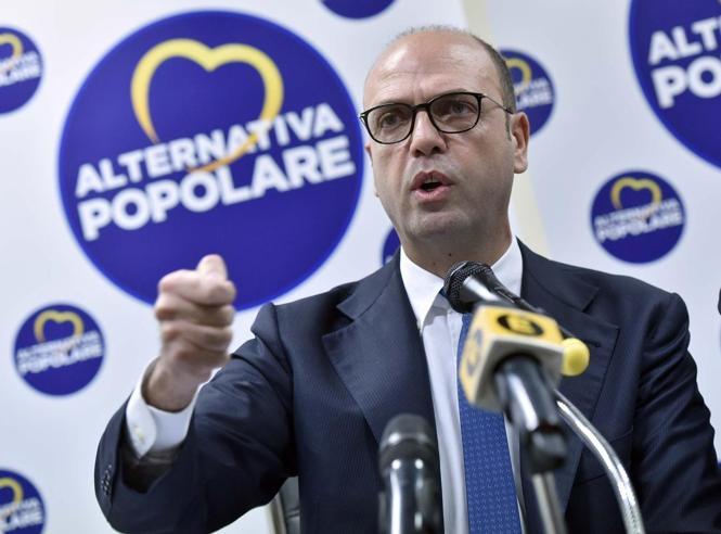 """Ong e migranti, Alfano si schiera: """"Procuratore Catania ha ragione al 100%"""""""
