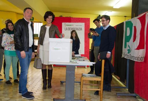 Matteo Renzi vota  con la moglie Agnese Landini