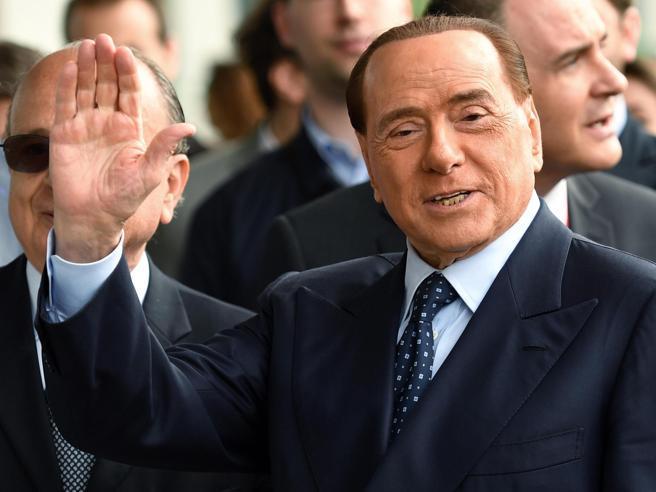 Berlusconi cade  a Portofino dopo la cena per Pier Silvio: 2 punti al labbro foto |video