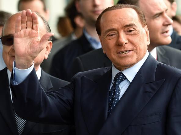 Incidente per Berlusconi: inciampa e cade fuori da ristorante. Ricoverato