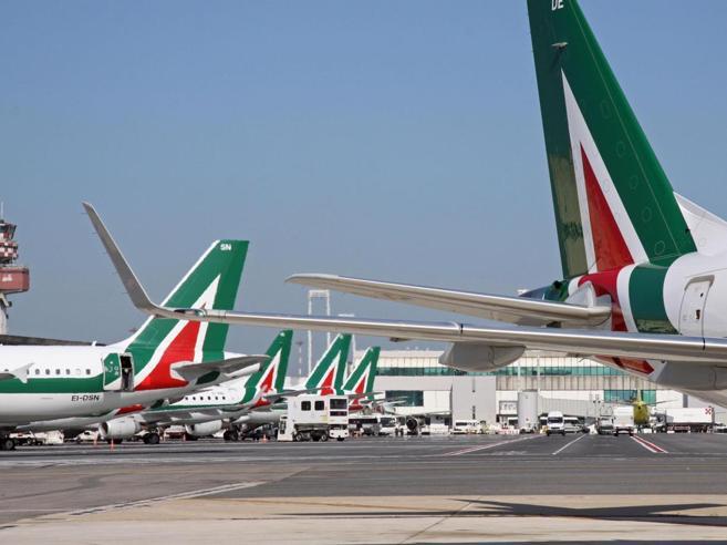 Alitalia,  l'allarme di Calenda: «Il fallimento sarebbe uno choc» Cosa rischia chi viaggia