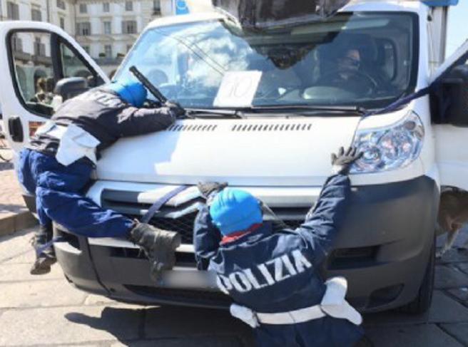 Agenti-fantoccio investiti a corteo  Protestano i sindacati di polizia