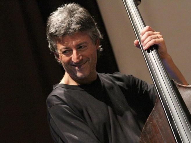 Addio a Rino Zurzoloil «contrabbasso» di Pino Daniele|FotoVideo: con la band