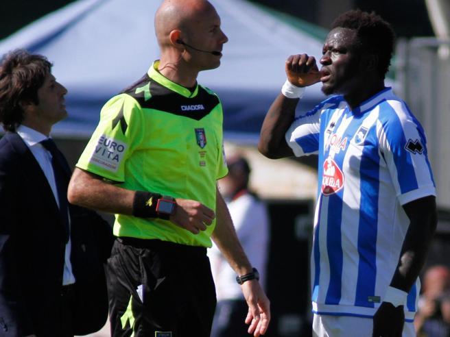 Calcio e razzismo: Muntari sente i «buuu» e abbandona il campo