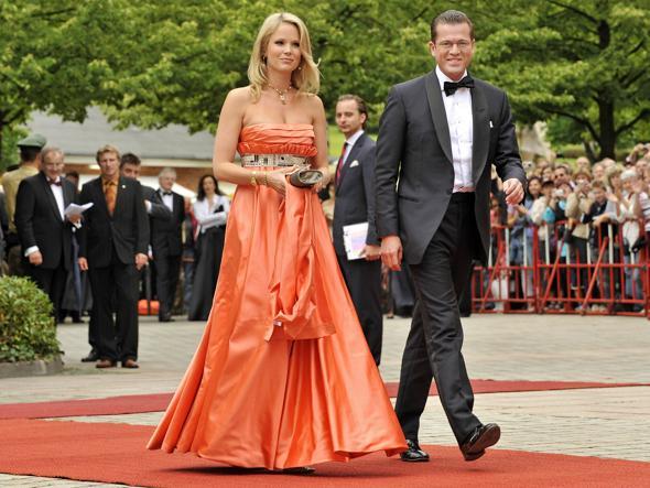 Il barone Karl-Theodor von und zu Guttenberg, 45 anni, ex ministro della Difesa tedesco, a Bayreuth con la moglie Stephanie, discendente del cancelliere Otto von Bismarck (Afp)