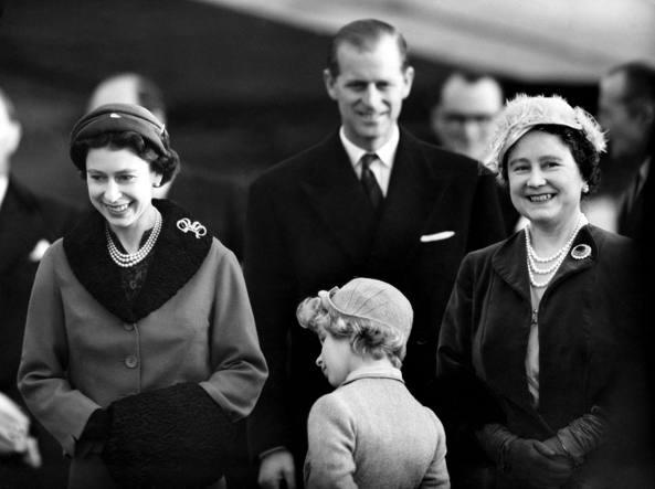 Con Elisabetta e la regina madre a destra (La Presse)
