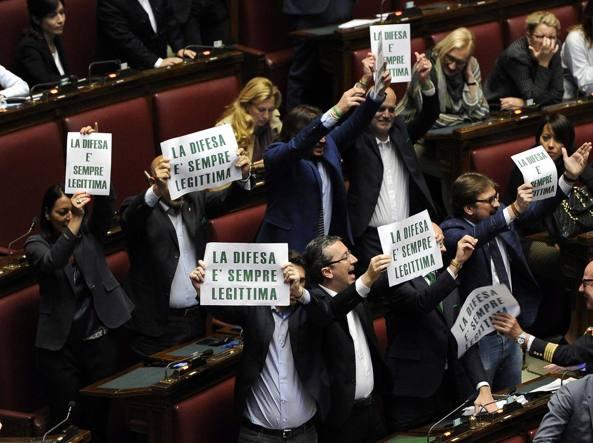 Un momento della protesta della Lega Nord nell'aula di Montecitorio (LaPresse)