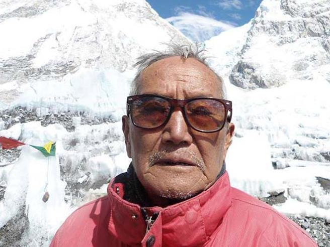 Voleva battere record di scalatore più anziano: muore  sull'Everest