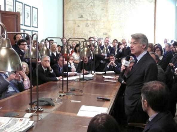 Ferruccio de Bortoli (Milano, 1953) è stato direttore del «Corriere della Sera» dal 1997 al 2003 e dal 2009 al 2015. In questa immagine del 2009 è ritratto nella Sala Albertini del «Corriere della Sera» mentre parla con la redazione