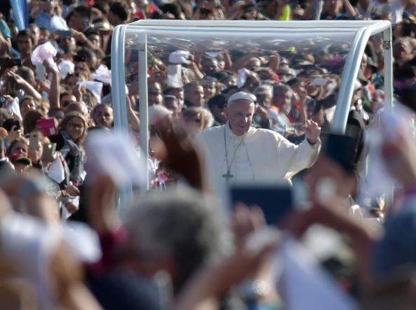 Papa Francesco accolto dalla folla a Fatima (Afp/Ap)
