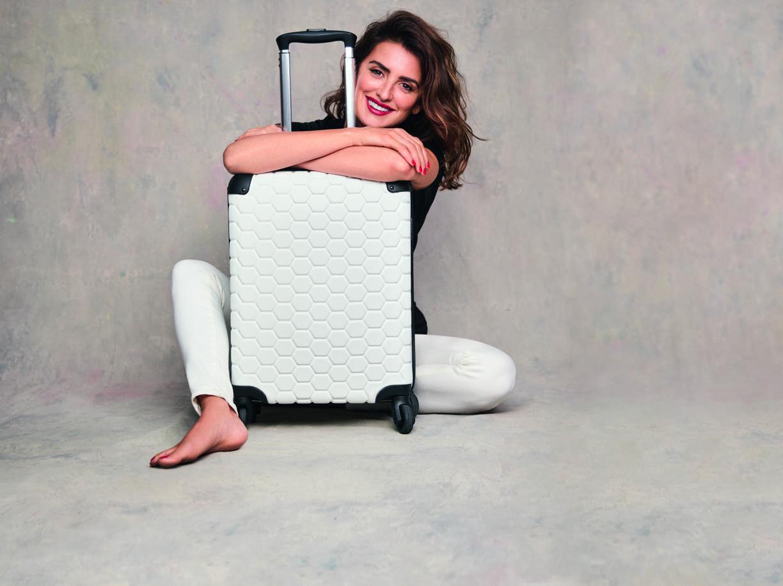 Penelope Cruz abbraccia una valigia Carpisa della linea GoTech