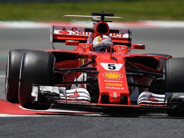 La Ferrari di Sebastian Vettel con la nuova appendice a t «biplano» in evidenza (Afp)