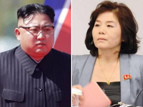 Kim Jong-un e la diplomatica Choe Son-hui (a destra)