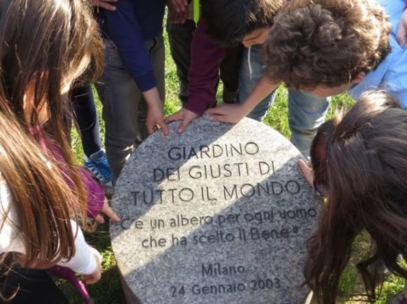Una celebrazione con i bambini nel Giardino dei Giusti di tutto il mondo, nell'area verde del Monte Stella a Milano