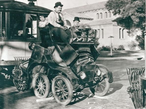 Stanlio e Ollio su una malridotta Ford T (nel film «Un marito servizievole», 1930)
