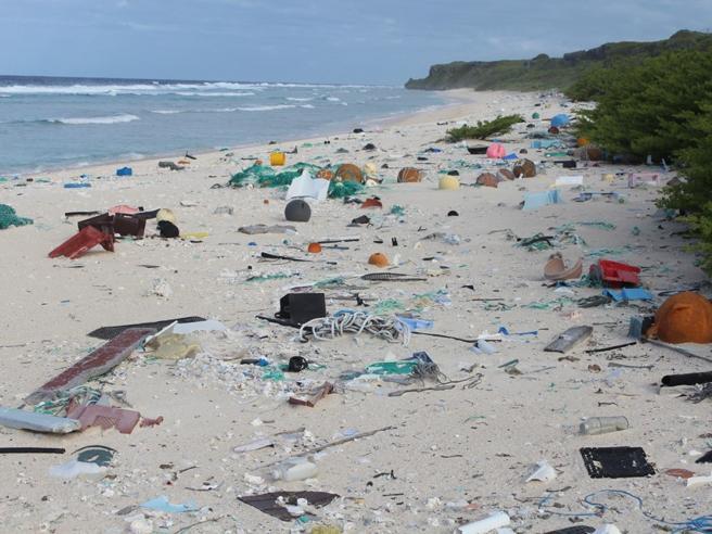 Dove finisce la nostra plastica?Sulle spiagge di questa isola (disabitata) del Pacifico Foto