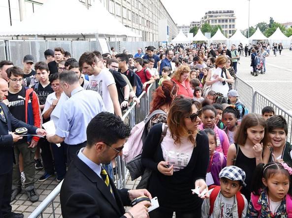 L'ingresso alla prima giornata del Salone del Libro di Torino (Foto Ansa)