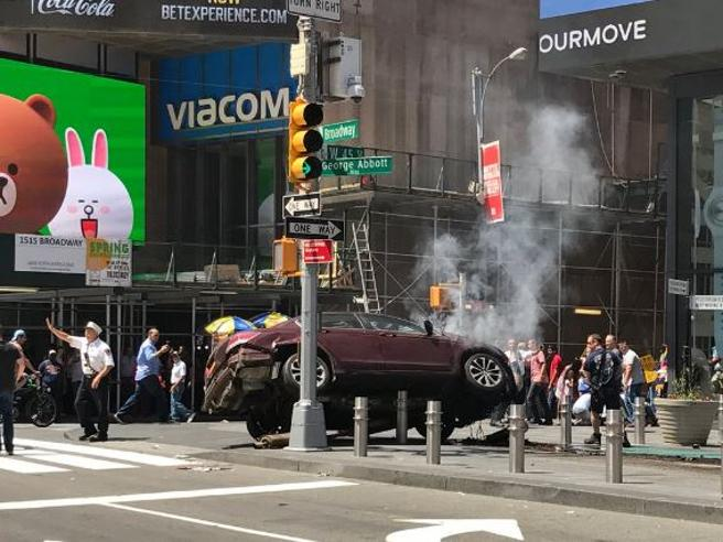 New York, auto sulla folla a Times Square: arrestato conducente Morta una donna, 22 feriti: 4 gravi