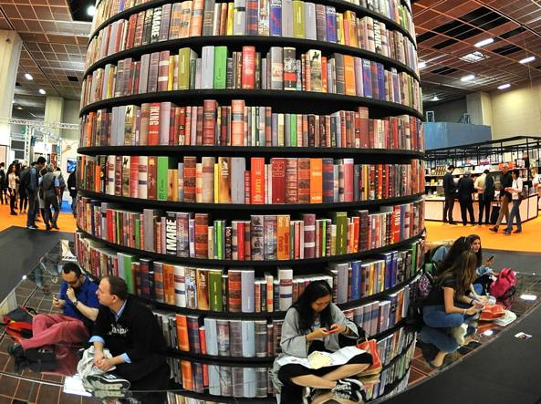 Il totem di volumi al Salone del Libro di Torino (Foto Ipp/Massimo Rana)
