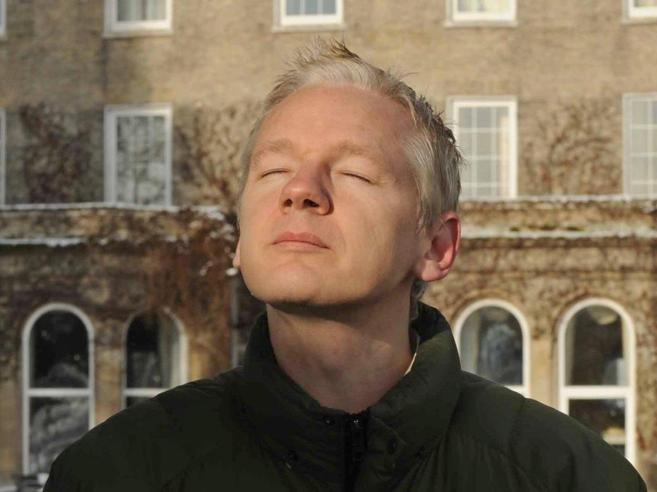 Svezia archivia accuse ad Assange. Lui dal balcone «Una vittoria dei diritti»